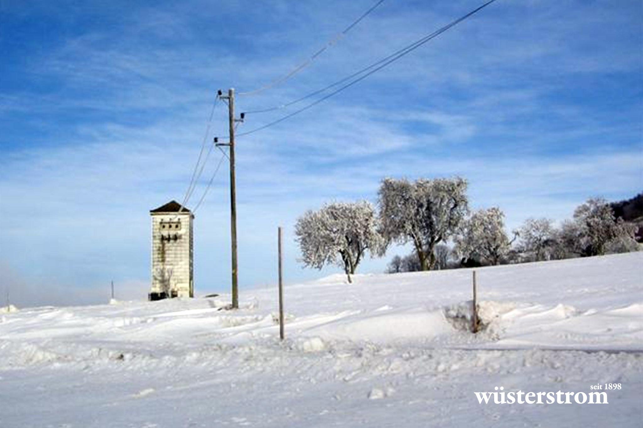 Leitungsbau - Strommast bei Winter
