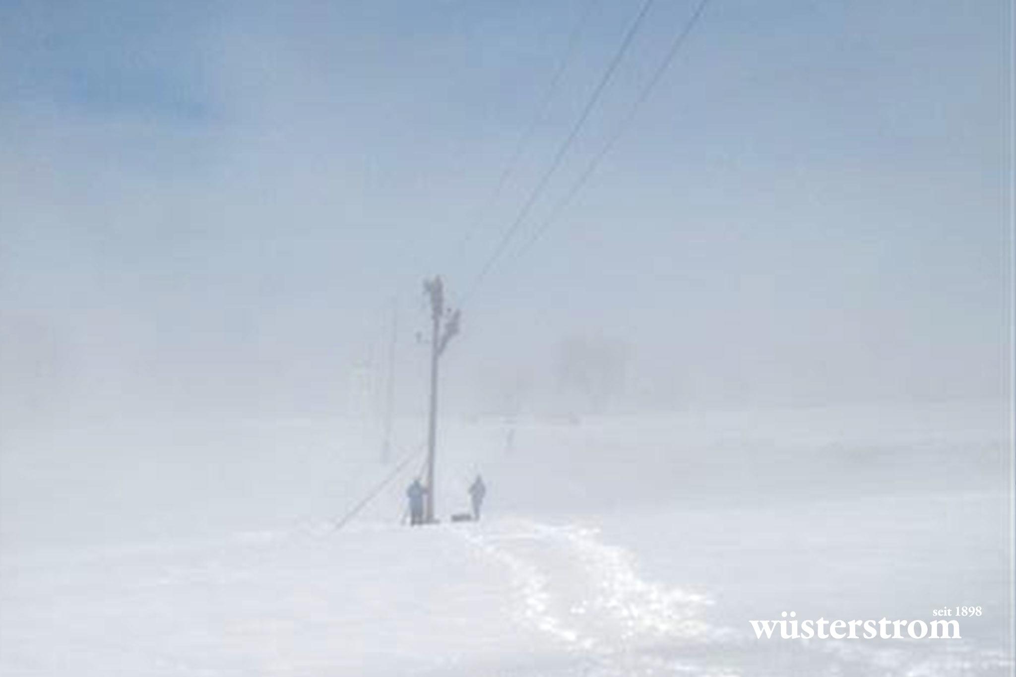 Leitungsbau - Strommast bei Nebel im Winter